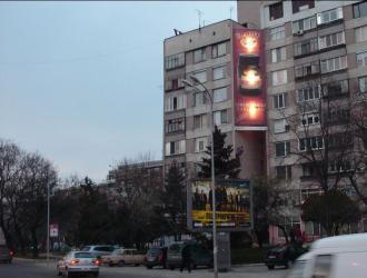 Мегаборд с изглед към потока от автомобили на пътя от Созопол за София