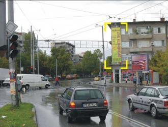Мегаборд с изглед към потока от автомобили идващи от ЖК Тракия